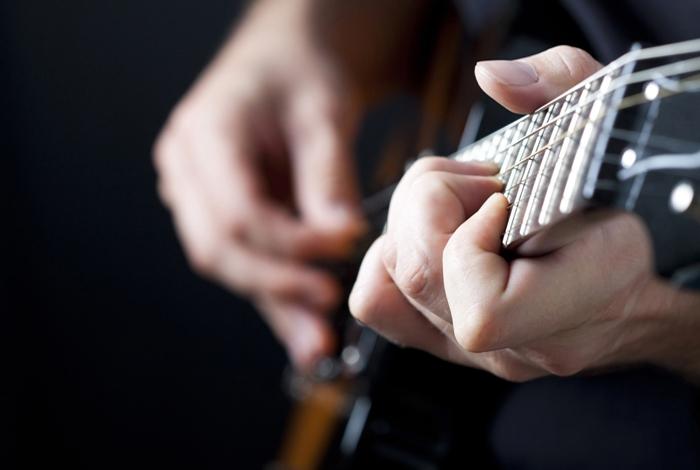 une personne qui joue de la guitare à genève