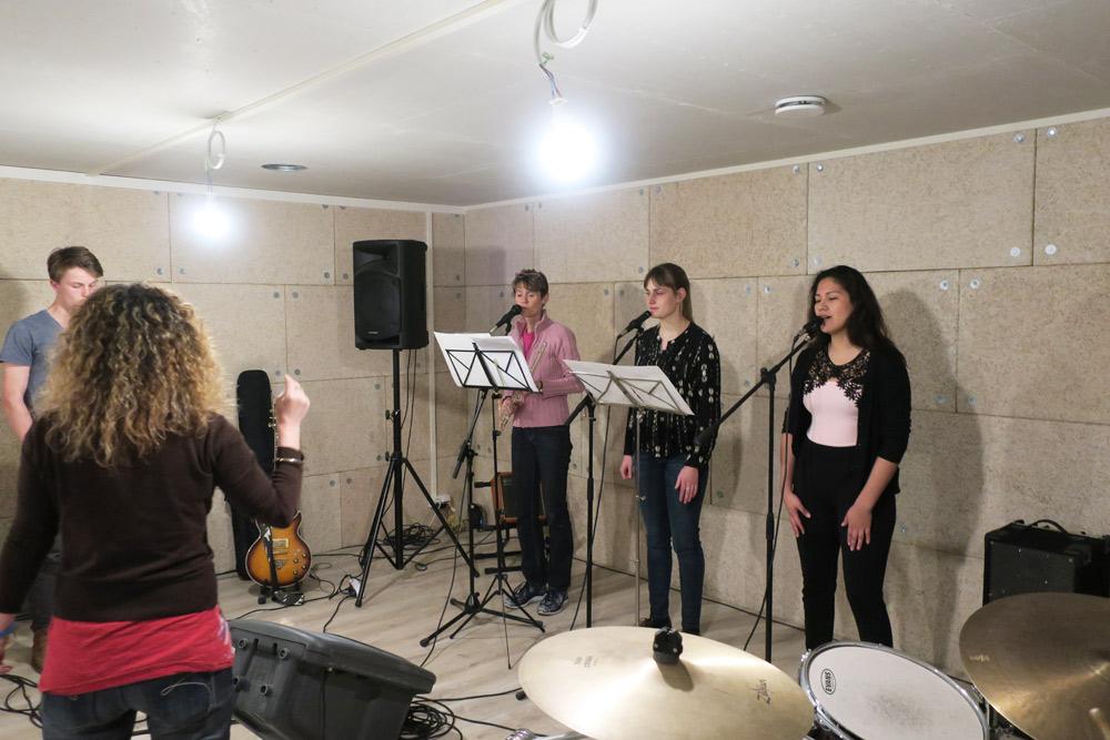 les élèves chantent en cours de chant à Genève