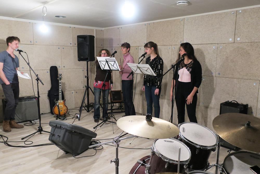 les élèves chantent en cours de chant