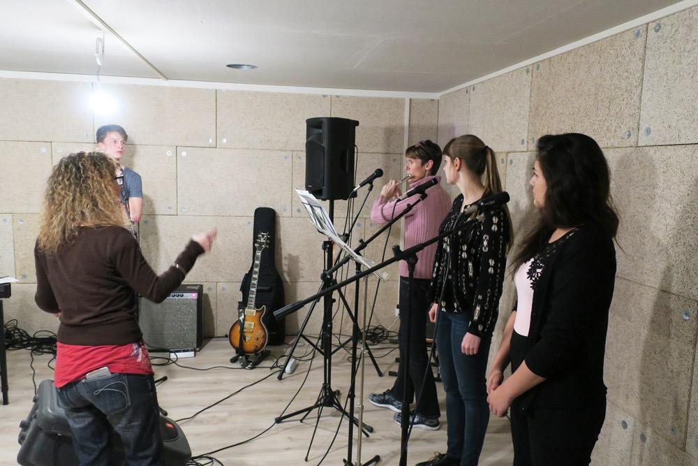 les étudiants de l'atelier écoutent le professeur