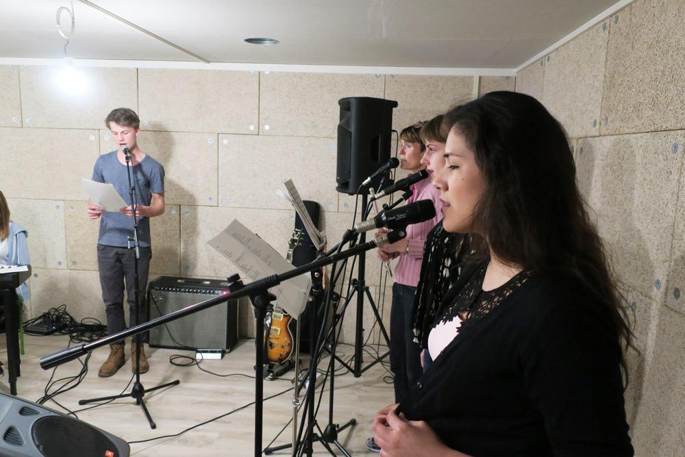 élèves de cours de chante qui chantent