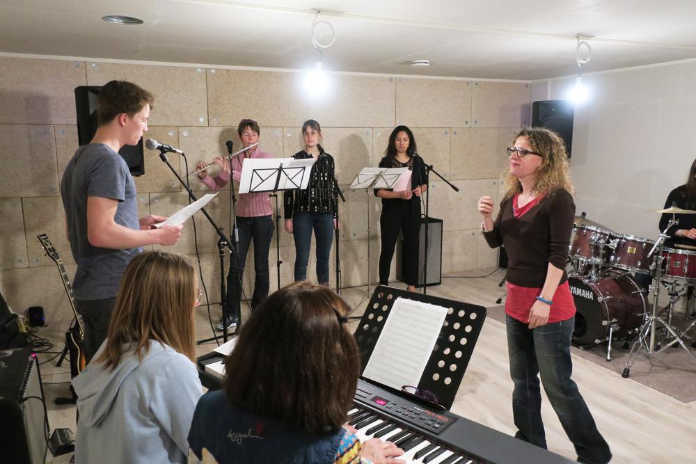 les élèves chantent cours de l'atelier chez Drums&Co