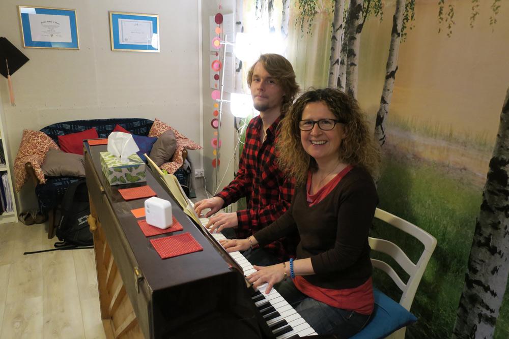 personnes à jouer du piano lors d'un cours à genève