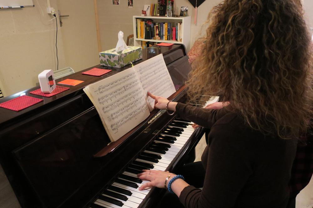 en train de faire un cours de piano à genève