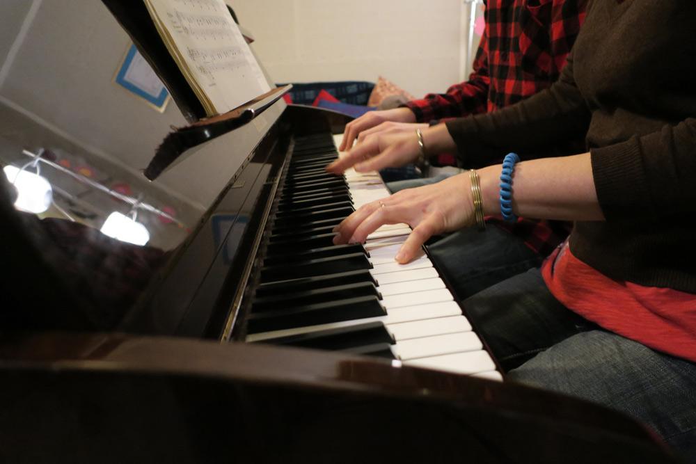 doigts sur un piano lors d'un cours de piano