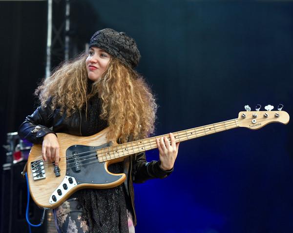 une jeune fille qui joue de la basse à Genève