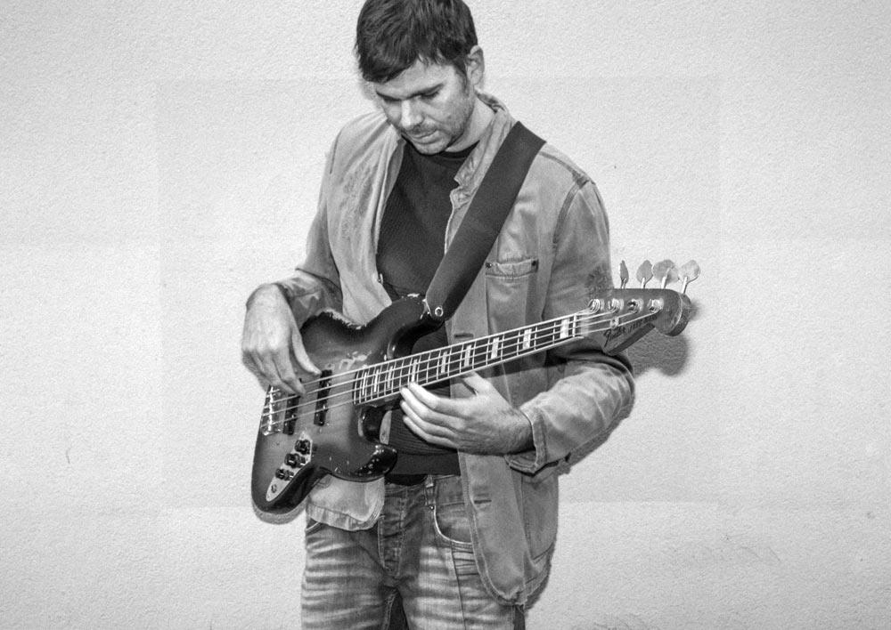 Fred Sumi - Professeur de basse, qui joue de la basse