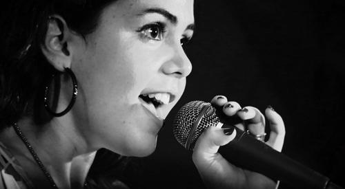 une jeune femme qui chante