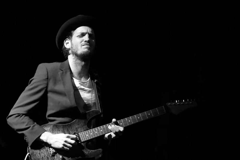 Photo de Theo Kummer qui joue à la guitare