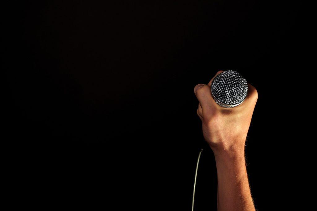 micro lors d'un cours de chant